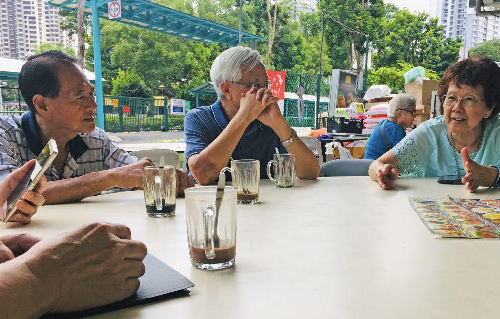 咖啡店是新加坡人生活的調劑,總是有老人群聚聊天。