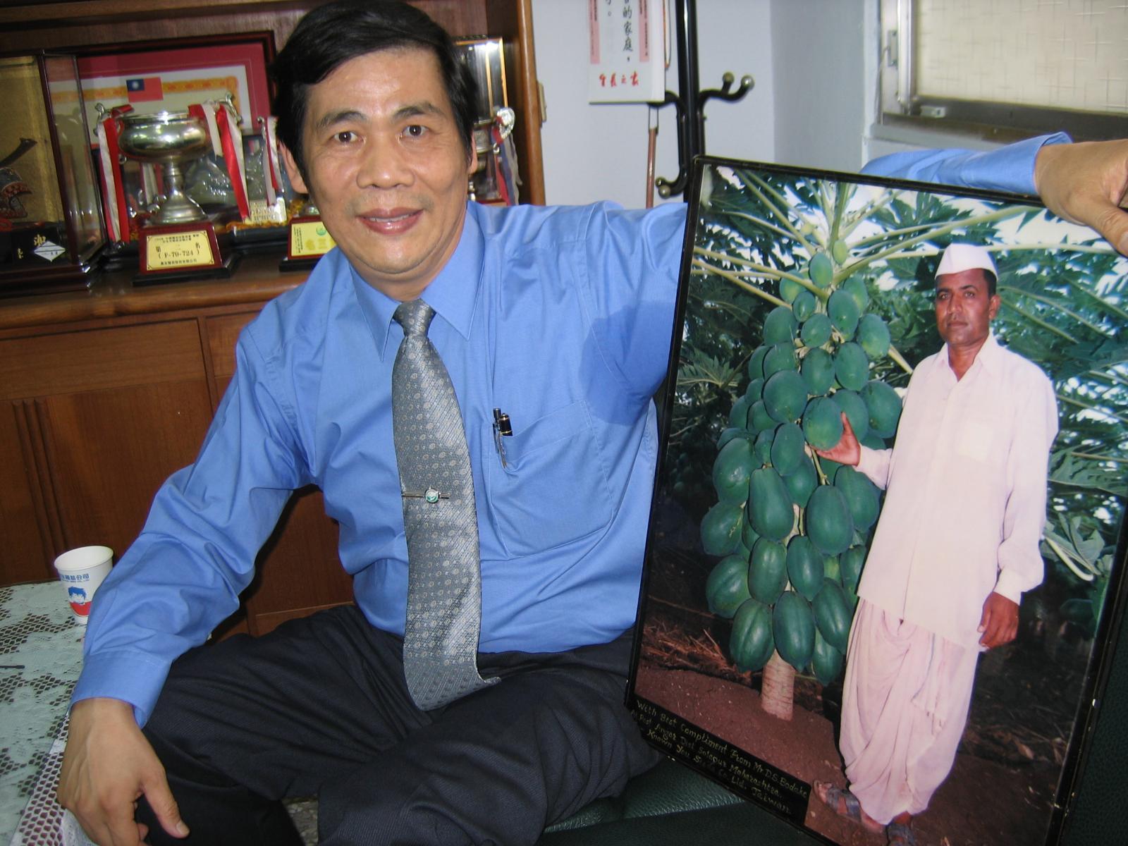 印度農民種植了紅妃木瓜賺大錢,特別寫信與寄照片感謝農友種苗董事長陳龍木。(攝影/汪文豪)